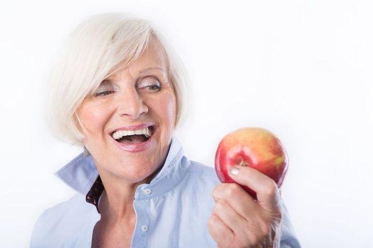 Le rebasage à domicile, la solution pour les avantages de la colle dentaire sans les inconvénients !